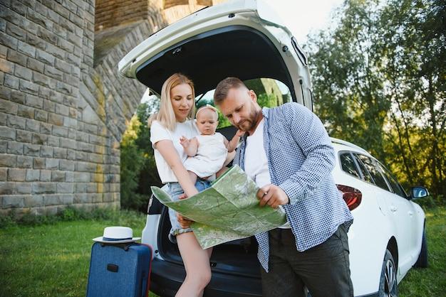 Couple heureux en regardant la carte. notion de voyage.