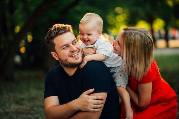 Couple heureux en regardant leur enfant