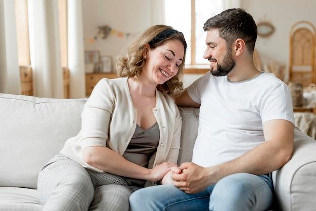 Couple heureux, regarder, autre