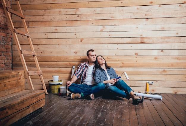 Couple heureux en réparation de leur maison.