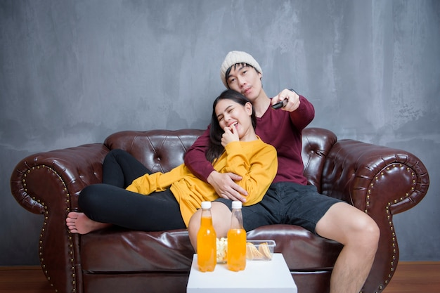 Couple heureux reste à la maison en regardant des films
