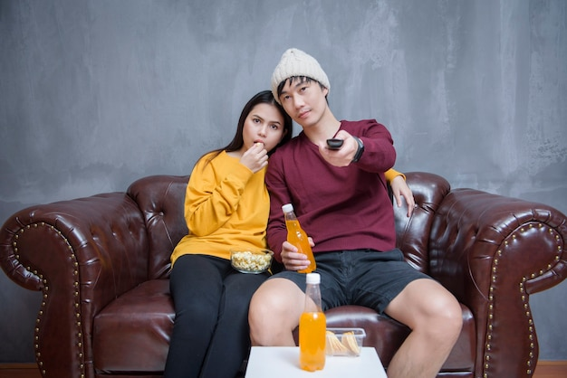 Couple heureux rester à la maison en regardant des films