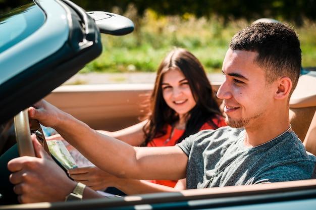 Couple heureux sur un road trip