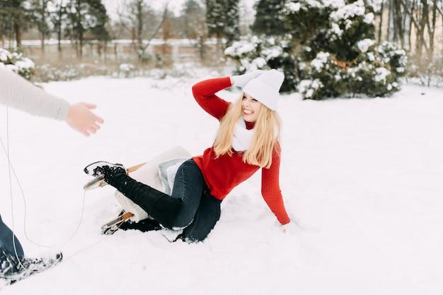 Couple heureux s'amuser en plein air dans snow park.
