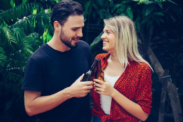 Couple heureux s'amuser en plein air.