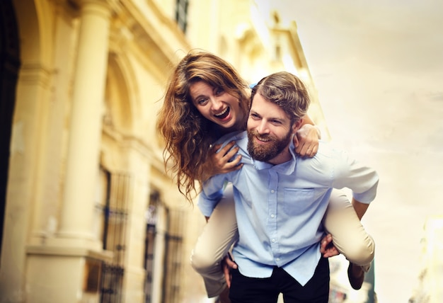 Couple heureux s'amuser