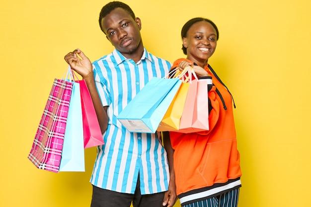 Couple heureux avec des sacs à provisions
