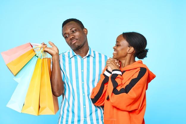 Couple heureux avec des sacs