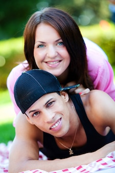 Couple heureux se détendre dans le parc