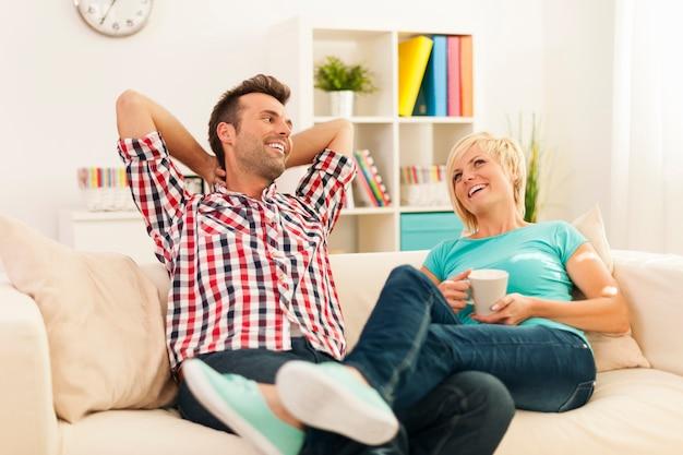Couple heureux se détendre dans le salon