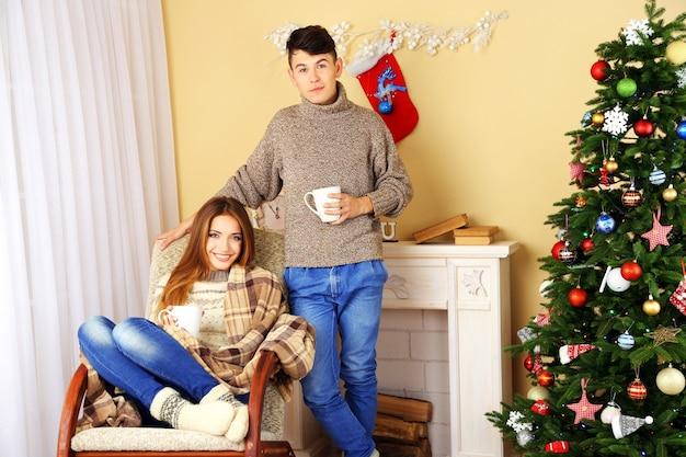 Couple heureux se détendre à la maison