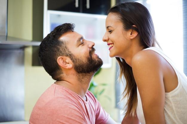 Couple heureux se regarder