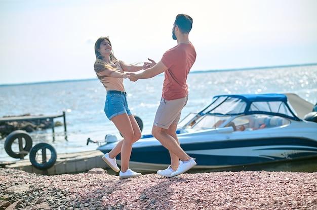 Un couple heureux se sentant incroyable de passer du temps sur une plage