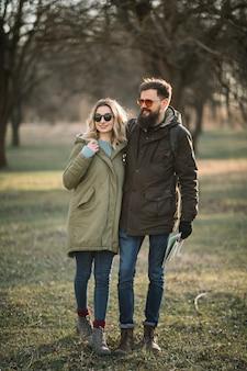 Couple heureux se tenant