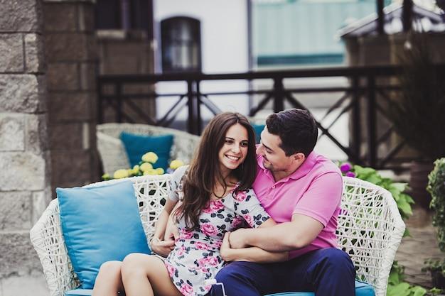 Couple heureux, séance, dans, a, terrasse rue