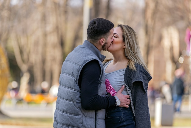 Un couple heureux, souriant et amoureux