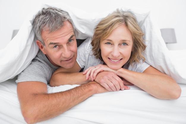 Couple heureux sous la couette