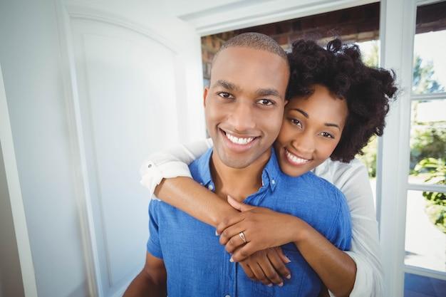 Couple heureux tenant une boîte dans leur maison