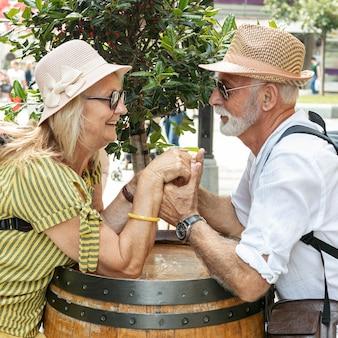 Couple heureux, tenant mains, sur, baril