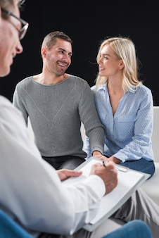 Couple heureux avec thérapeute