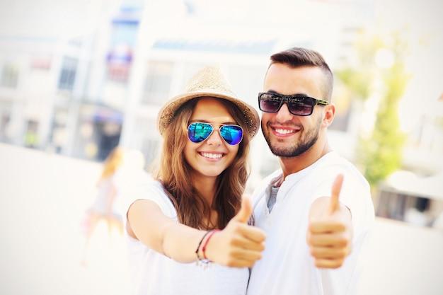 Un couple heureux de touristes montrant bien dans la ville