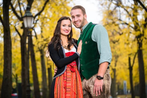 Couple heureux avec tracht en bavière