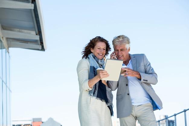Couple heureux, utilisation, tablette numérique