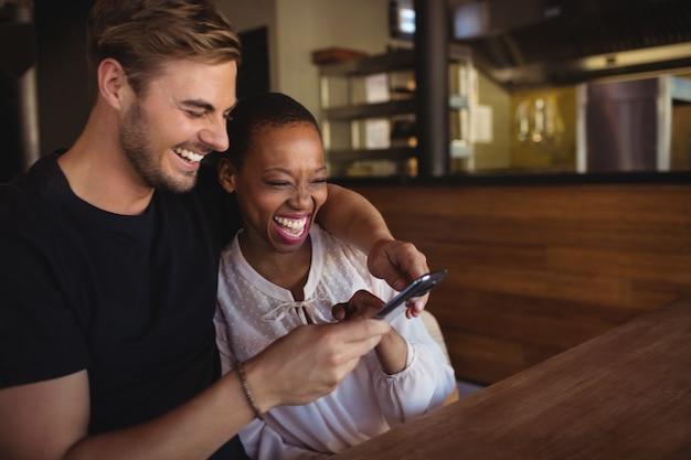 Couple heureux, utilisation, téléphone portable
