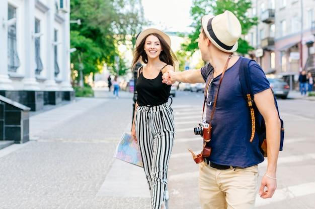 Couple Heureux En Vacances Dans La Ville Photo gratuit