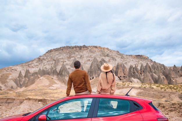 Couple heureux en vacances en voiture d'été