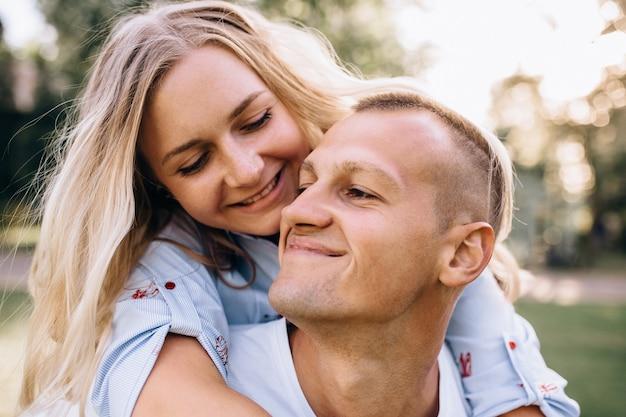 Couple heureux en vacances