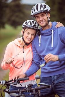 Couple heureux en vélo