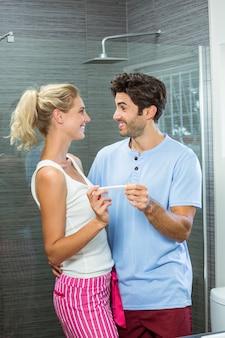 Couple heureux, vérification, test de grossesse