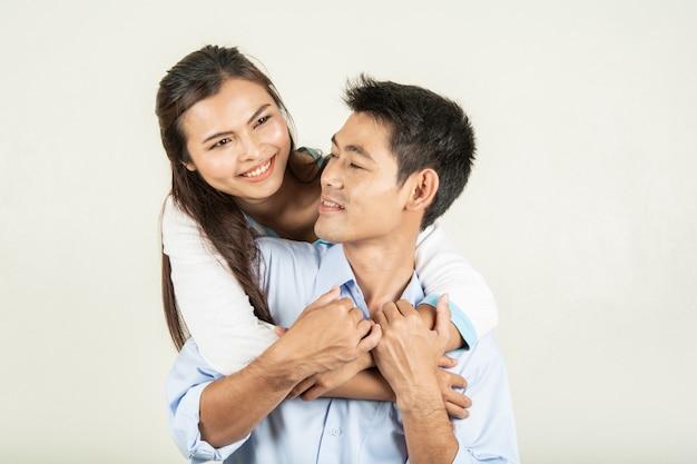 Couple heureux avec la vie aimée sur blanc