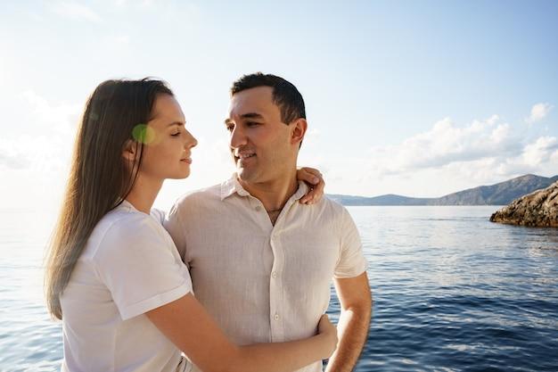 Couple heureux sur un yacht en été en vacances romantiques