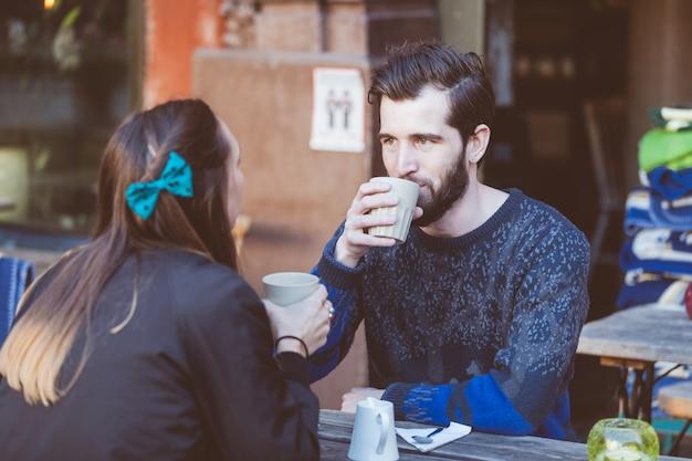 Couple de hipster buvant du café dans la vieille ville de stockholm.