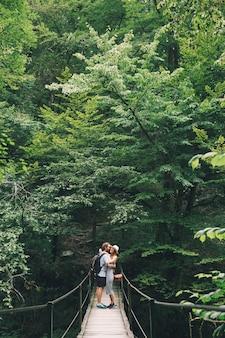Couple de hipster en randonnée sur le fond d'une nature