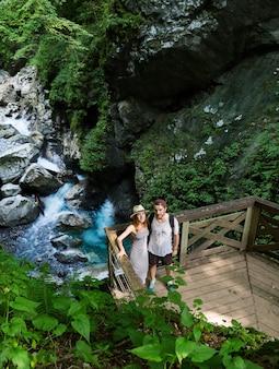 Couple de hipster en randonnée sur le fond d'une rivière de montagne slovénie tolmin