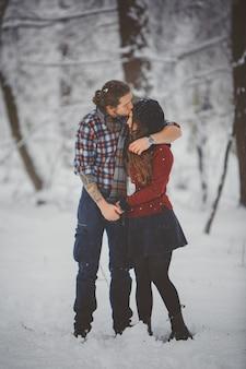 Couple d'hiver amusant ludique