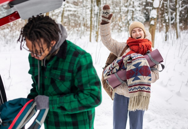 Couple en hiver avec des sacs à dos