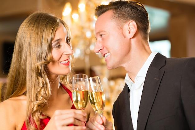 Couple, homme et femme, buvant du champagne