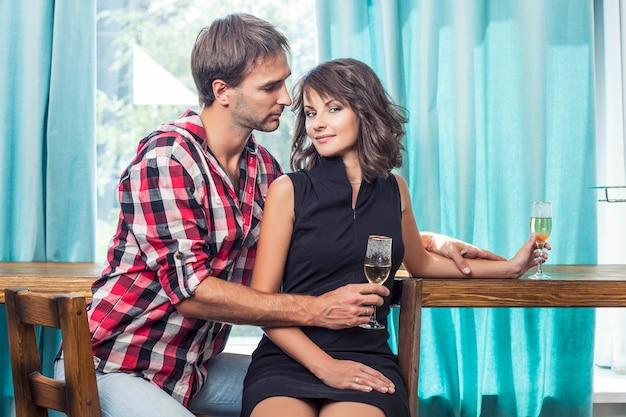 Couple homme et femme dans le bar avec bacale communiquent flirt