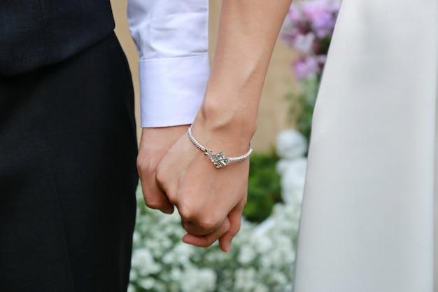 Couple homme et femme se tiennent la main