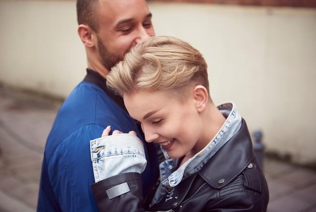 Couple hugging sur la ville pendant la journée