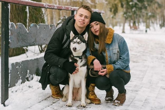 Couple avec des huskies