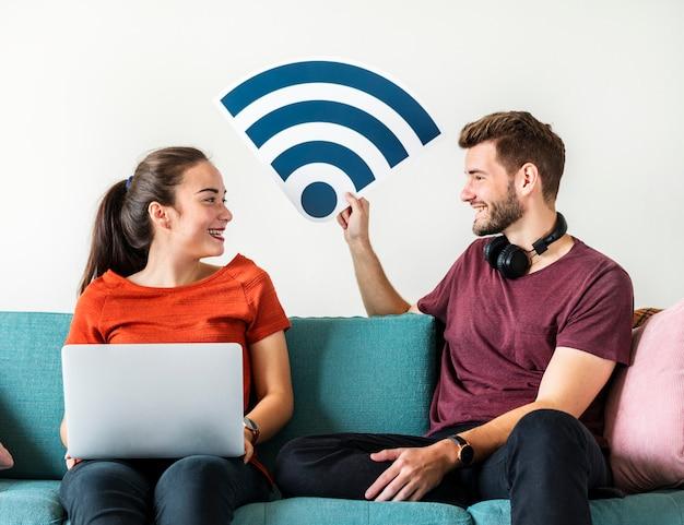Couple avec icône de signal internet