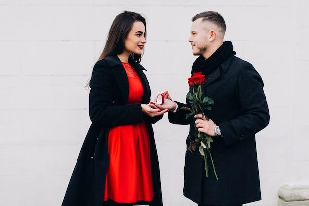 Couple incroyable ayant un engagement