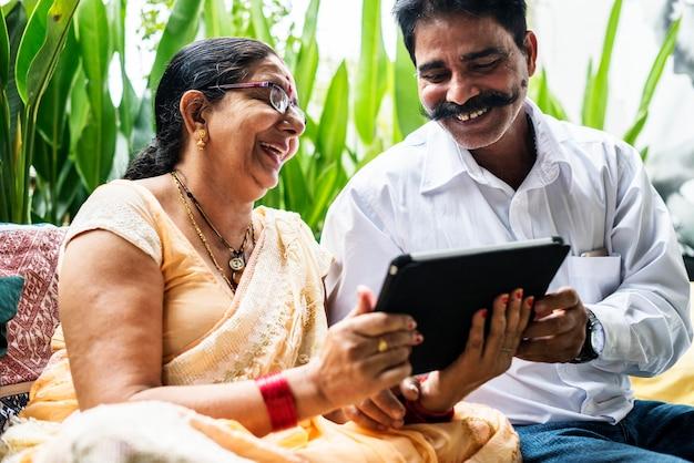Un couple indien heureux passe du temps ensemble