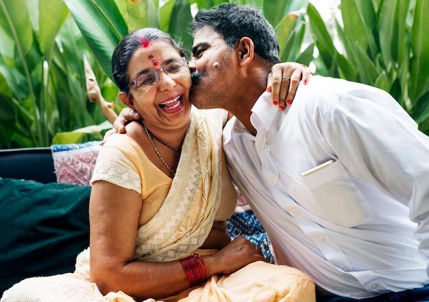 Un couple indien heureux passer du temps ensemble