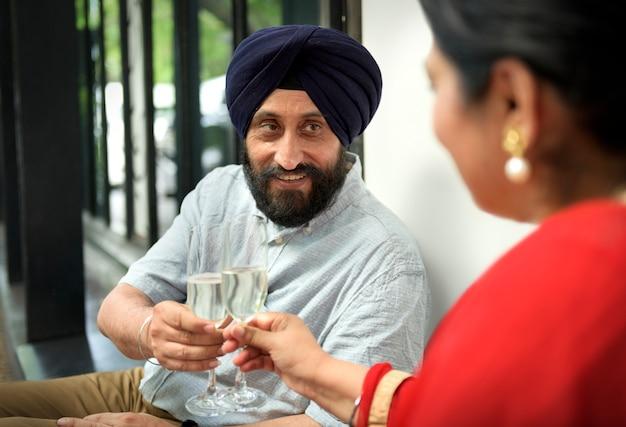 Couple indien à manger ensemble concept